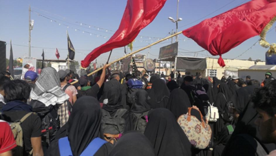 Des pèlerins marchent entre Najaf et Karbala, en route pour le pèlerinage de l'Arba'în (octobre 2018, Irak), Sabrina Mervin, 2018